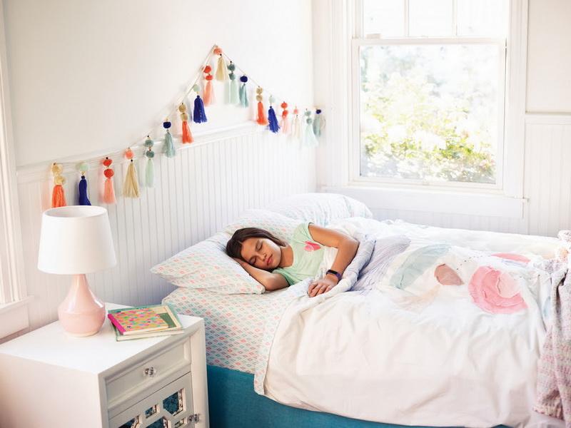 Lifestyle photo of girl sleeping in bedroom